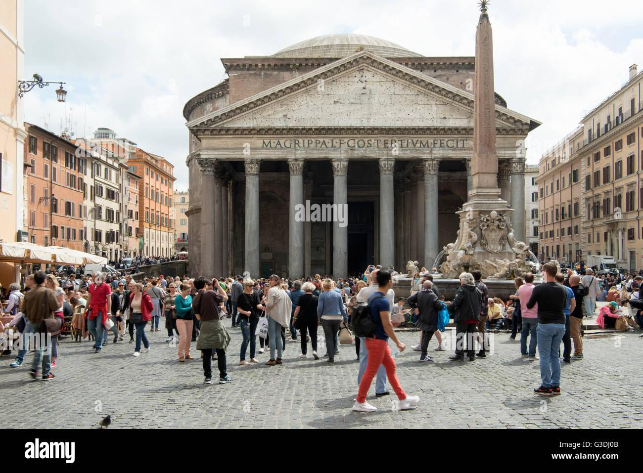 Italien, Rom, Fassade des Pantheons (La Rotonda), ein antikes Bauwerk und seit 609 n. Chr. eine Kirche. - Stock Image
