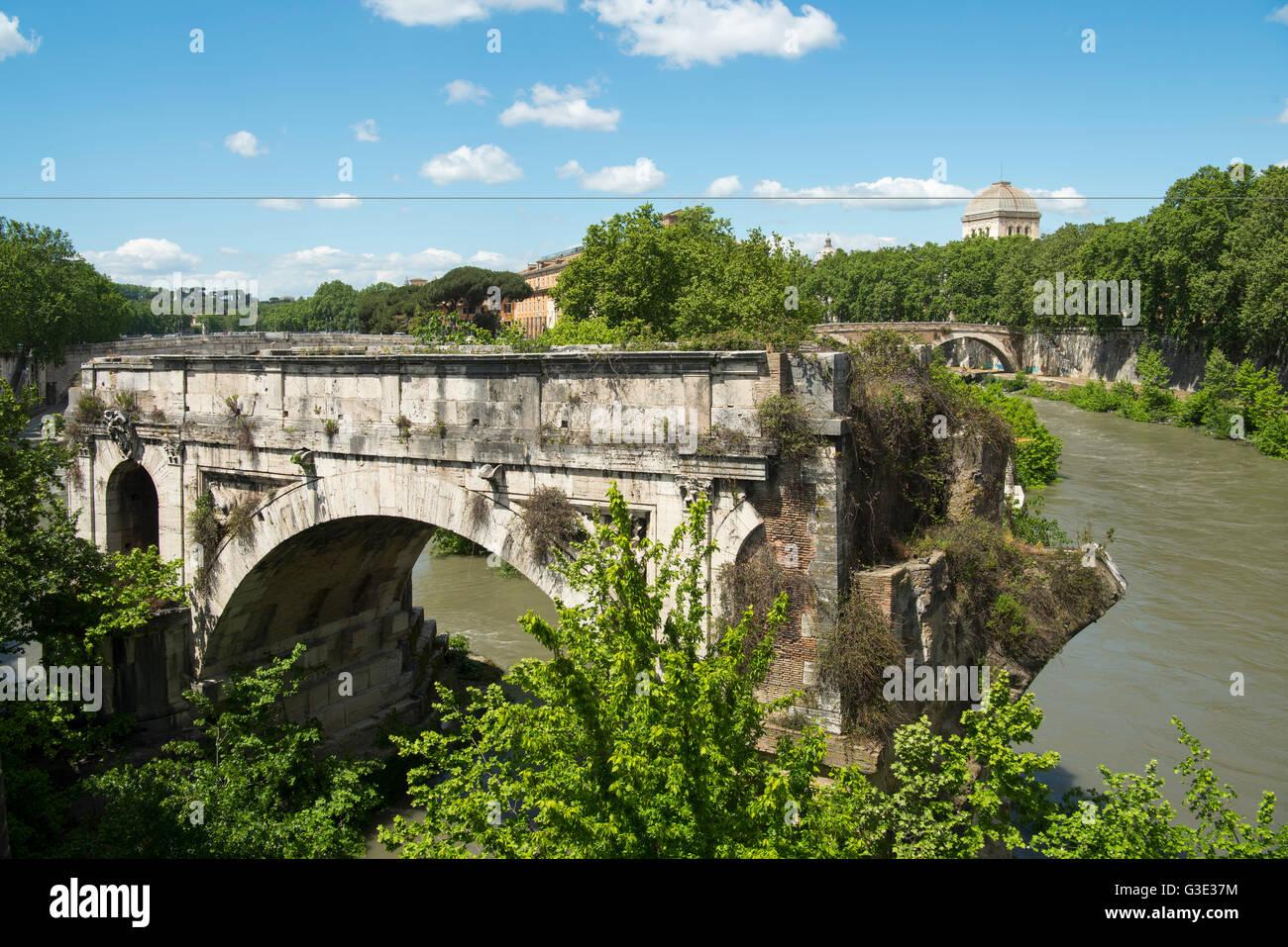 Italien, Rom, Pons Aemilius (Ponte Emilio, Ponte Rotto) nördlich der Ponte Palatino ist die älteste bekannte - Stock Image
