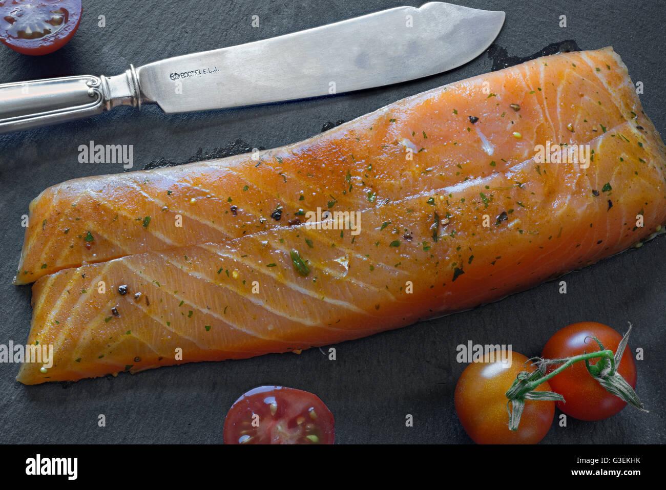 Marinierter Lachs auf Schieferplatte. Marinated salmon - Stock Image
