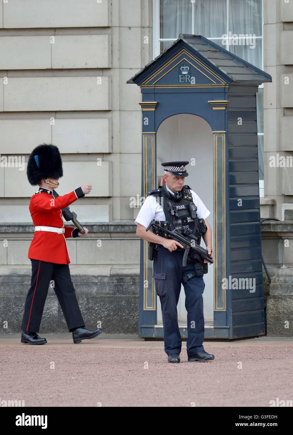 Police and Royal Guard at Buckingham Palace, London, Britain, UK Stock Photo