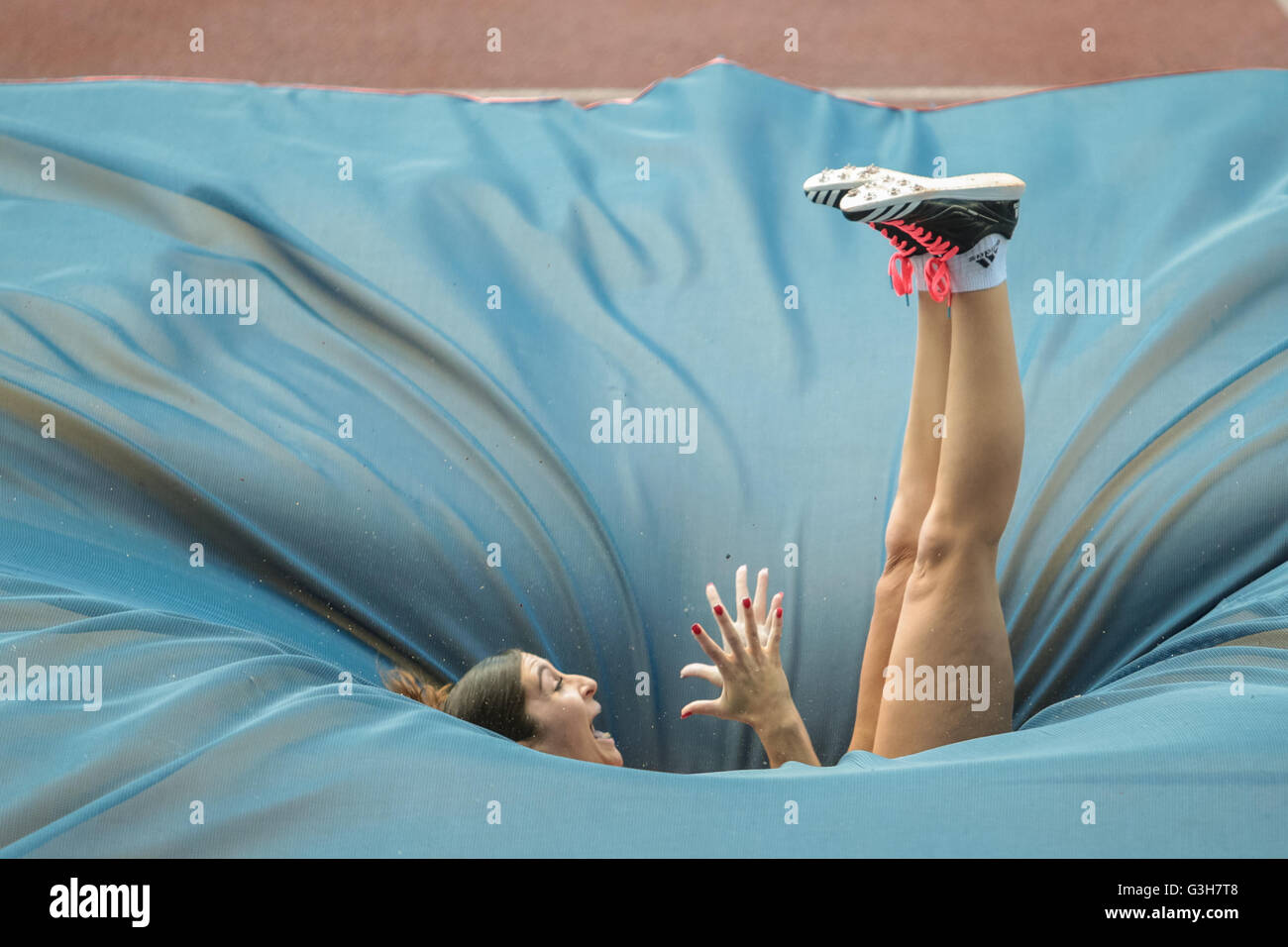 Pole vault athlete falls onto the crash mat during - Stock Image