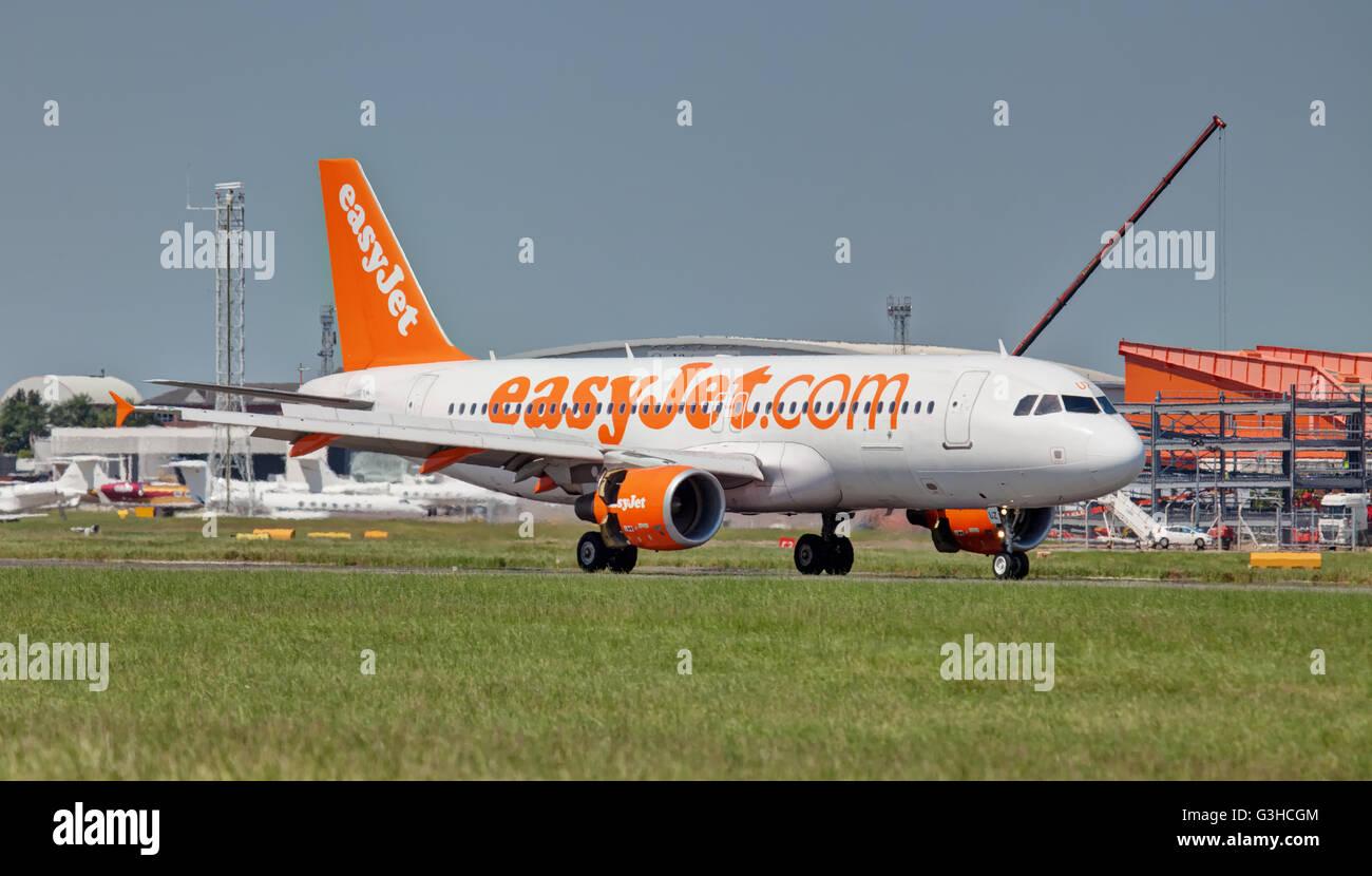 easyJet Airbus a320 G-EZUZ arriving at  London Luton Airport LTN. Stock Photo