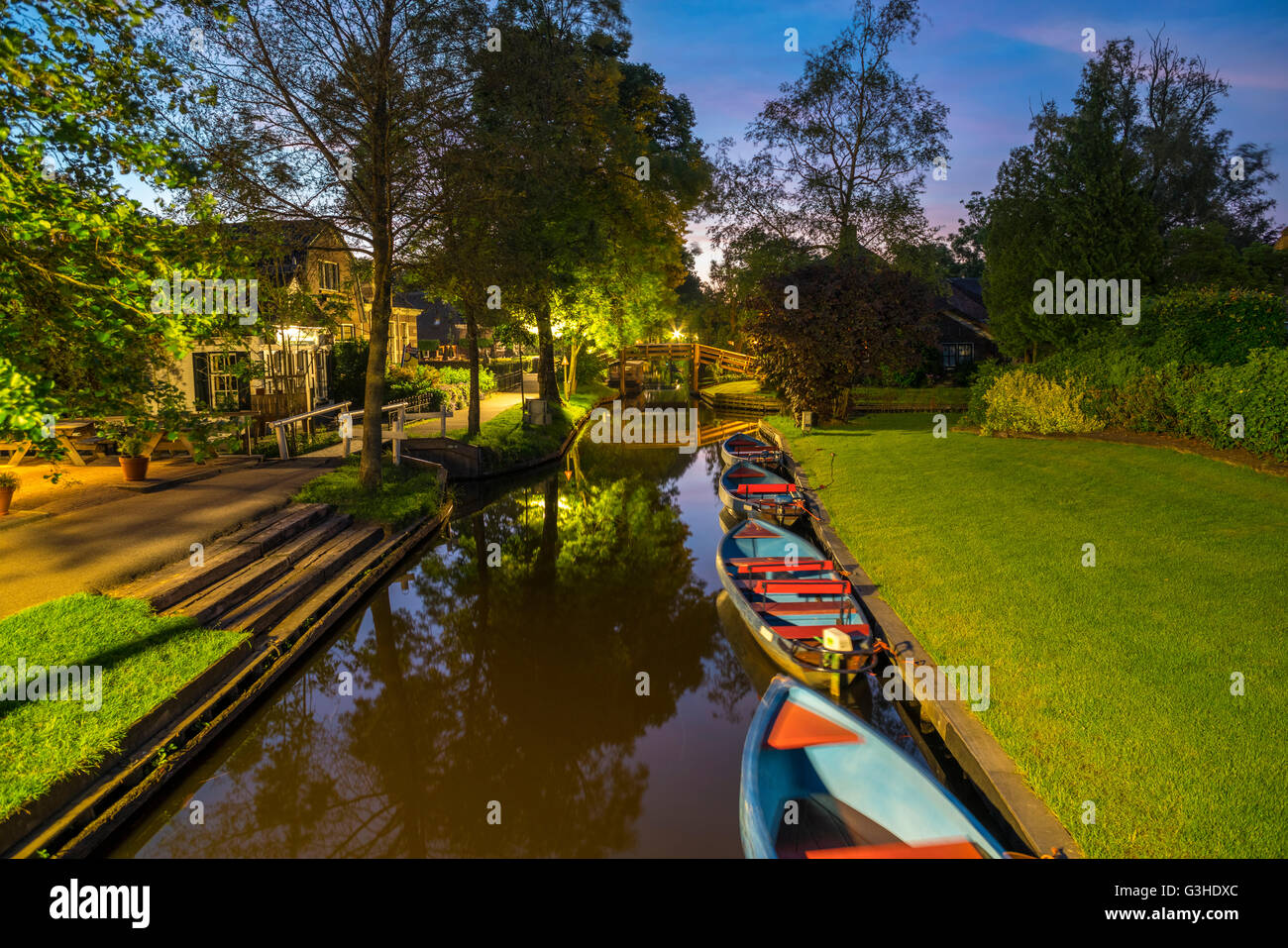 Giethoorn, Netherlands. Giethoorn Punts, or Punters, punting boats for rent in the Dorpsgracht or Village Canal - Stock Image