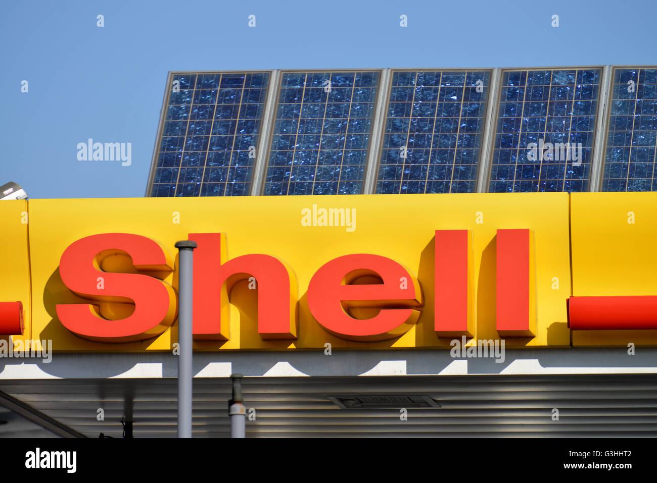 Shell, Tankstelle, Solarzellen, Hohenzollerndamm, Wilmersdorf, Berlin, Deutschland - Stock Image