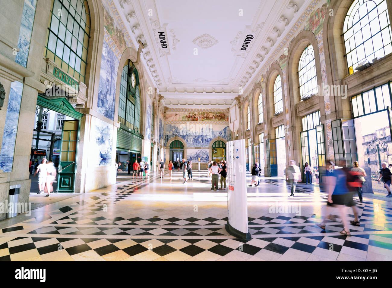 Portugal, Oporto: Tile decorated hall of the  historic train station Sao Bento - Stock Image