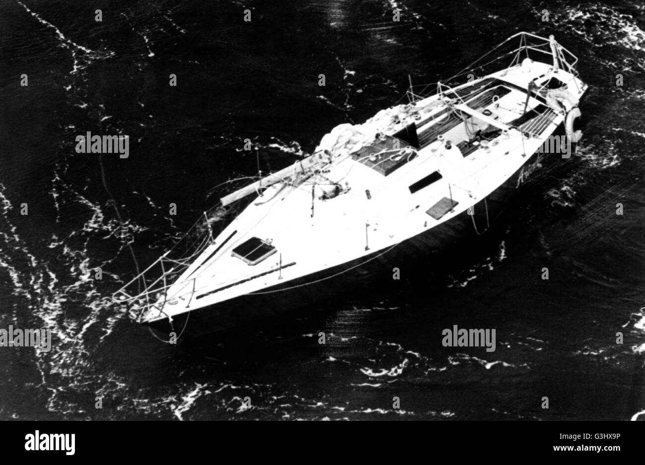 AJAXNETPHOTO 14TH AUGUST,1979. PLYMOUTH,ENGLAND.- FASTNET RACE - AMERICAN CASUALTY. - THE DISMASTED AMERICAN ENTRY Stock Photo