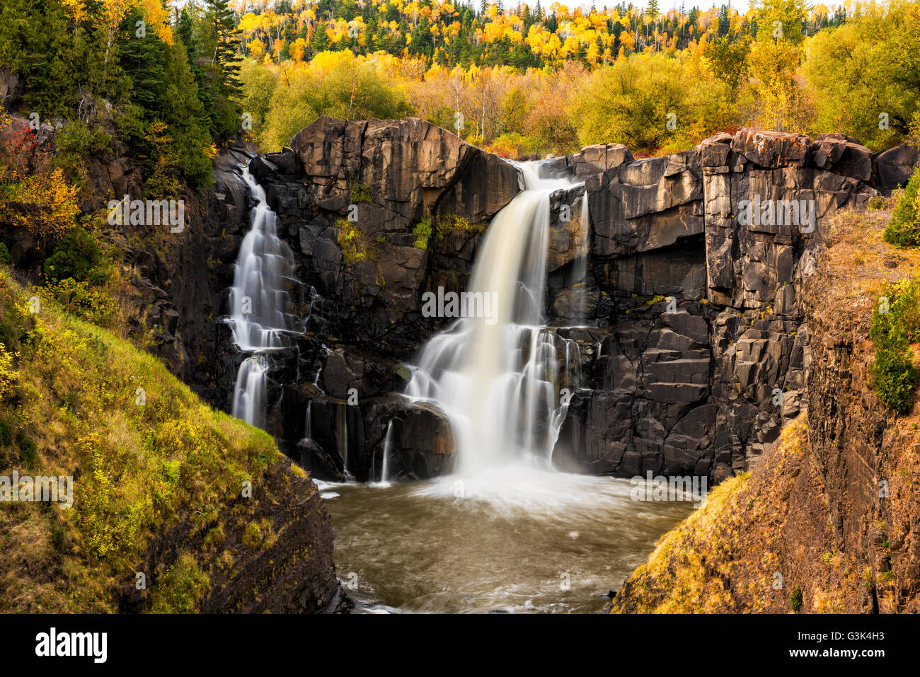 High Falls of the Pigeon River at Grand Portage State Park in autumn. USA/Canada border. Left side Minnesota, right - Stock Image