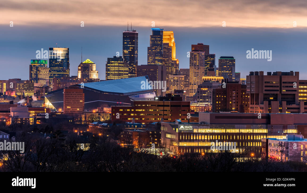 Minneapolis, Minnesota skyline from Prospect Park at dusk. - Stock Image