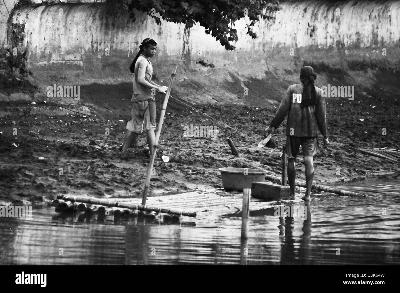 Fishermen with their raft at the River of Roxas, Panay, Philippines. - Stock Image