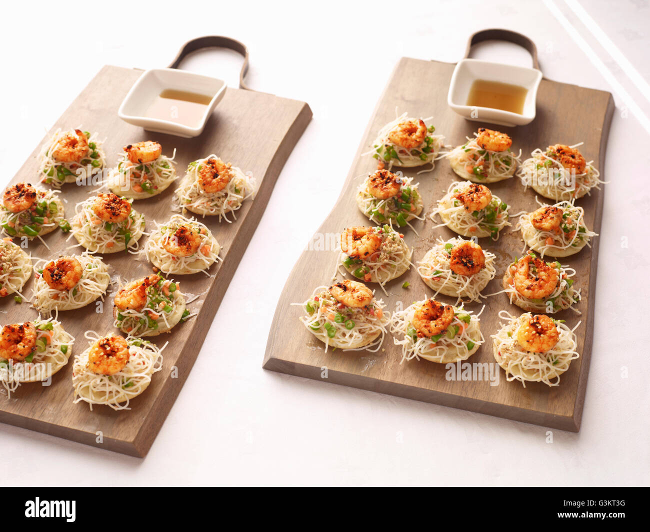 Sesame noodles and chilli prawn canapes with dipping sauce - Stock Image