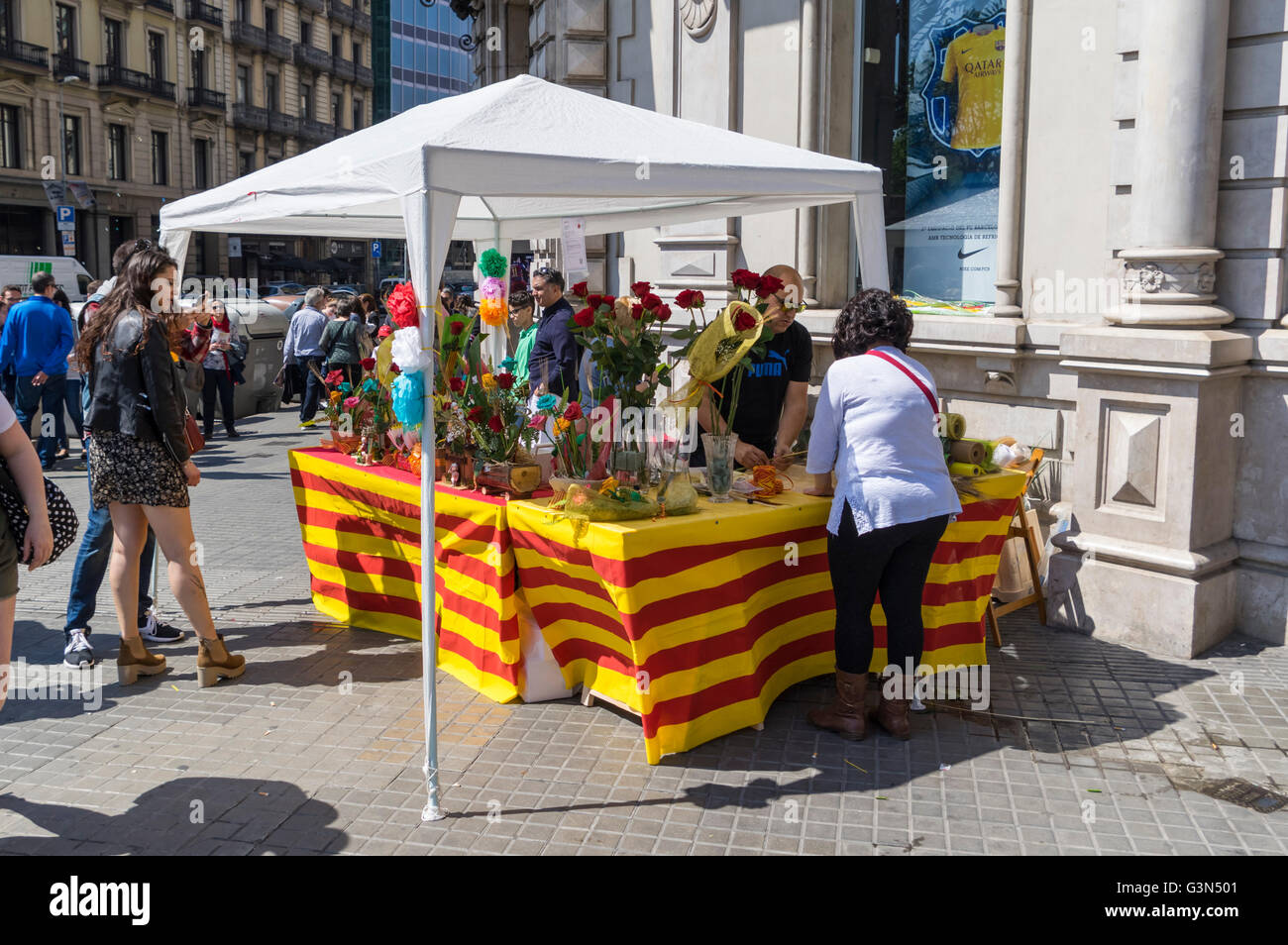 Rose selling booth decorated with Catalan flags on Diada de Sant Jordi (Saint George's Day) celebrations, 23 - Stock Image