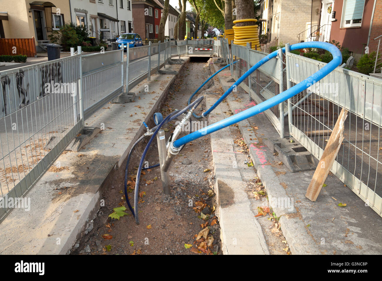 Road barriers along a construction site, renewal of supply lines, Im Telgei street, Dortmund, Ruhr area, North Rhine - Stock Image