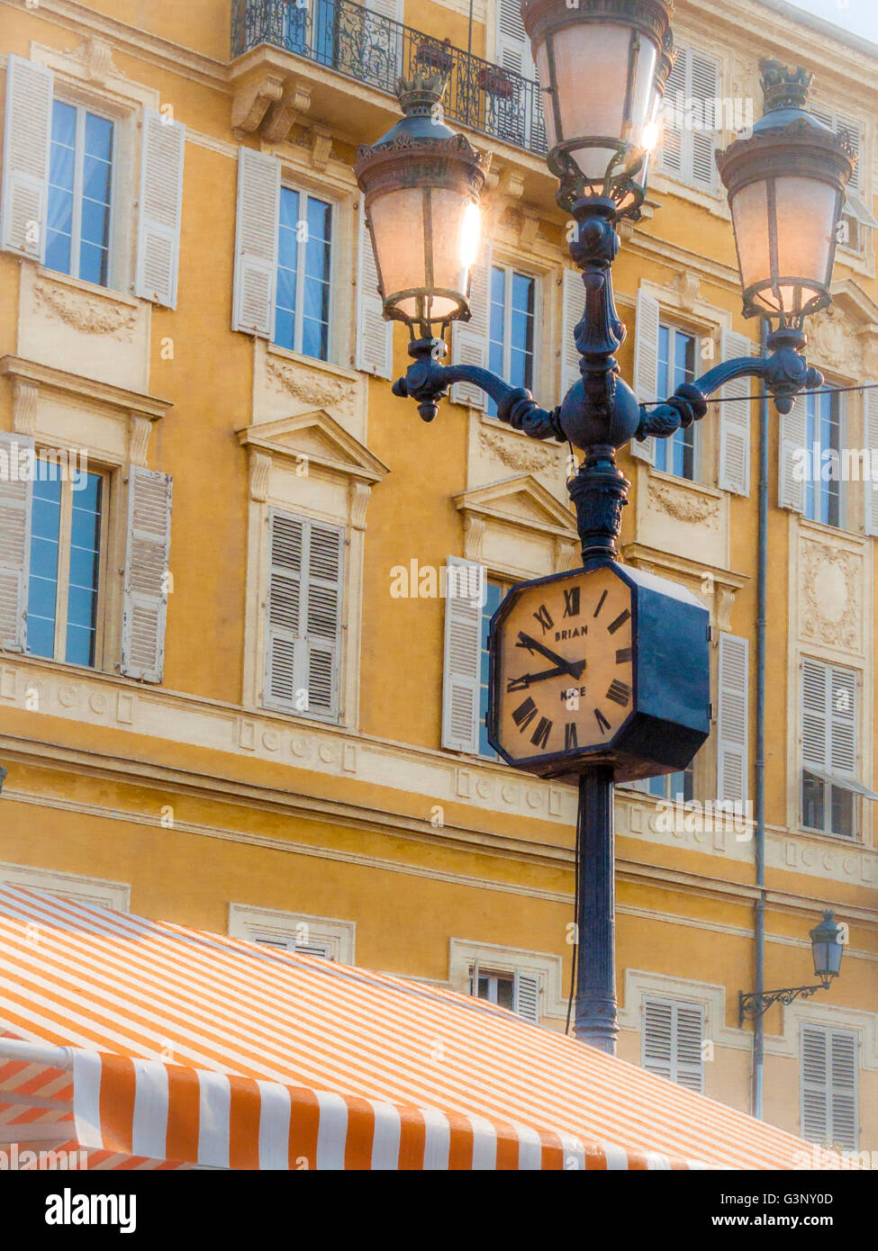 (Soft focus effect) Clock on lamp post Nice market, Cote d'Azur, Nice, France, Europe - Stock Image