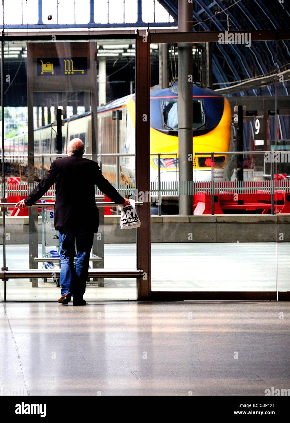 London, England, UK. St Pancras International Railway Station. Man waiting by Eurostar terminal - Stock Image