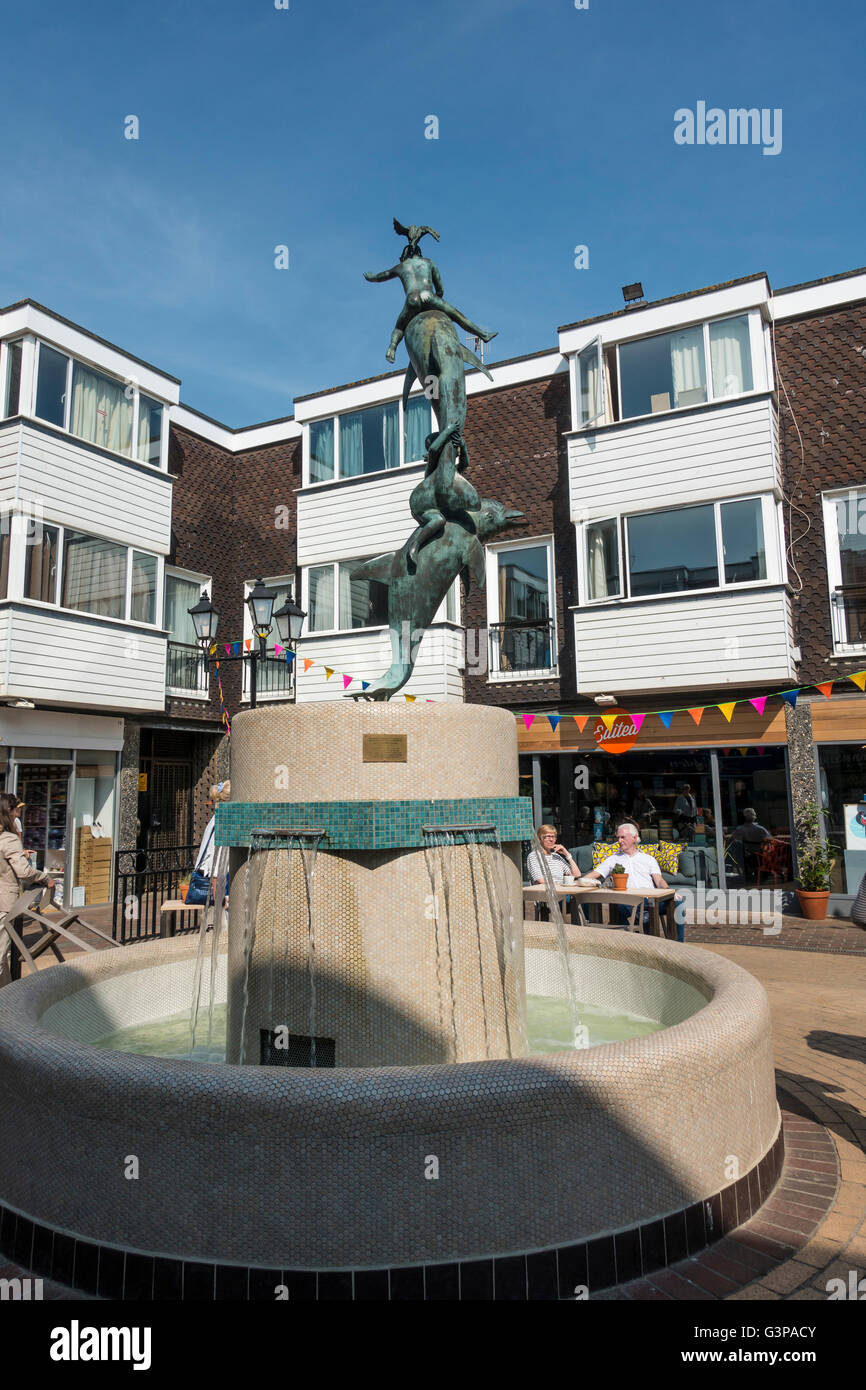 The Dolphin Fountain by James Osborne Brighton Square A courtyard, surrounded by shops, in The Lanes, off Meeting - Stock Image