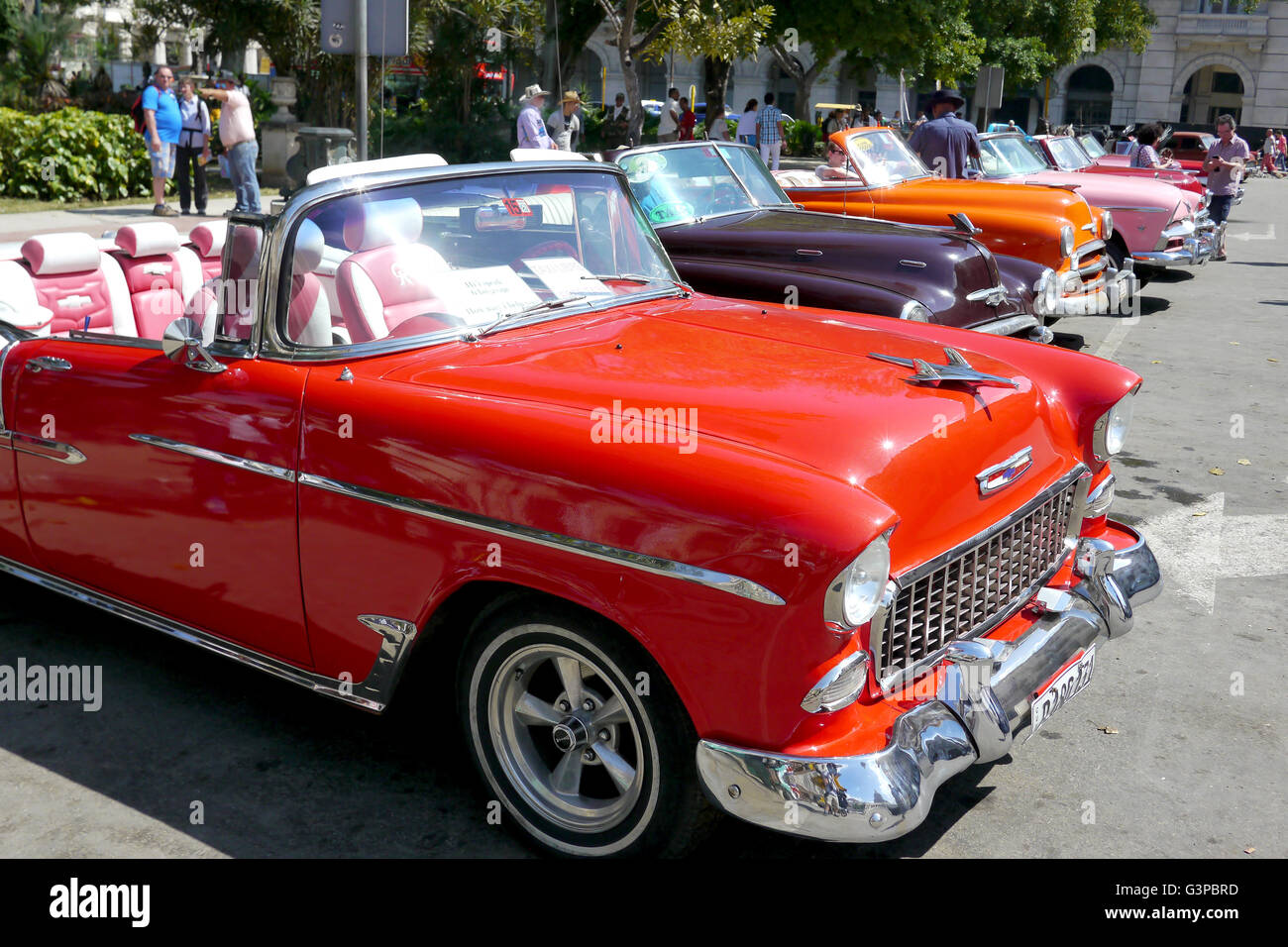 row of classic american cars in havana, cuba - Stock Image