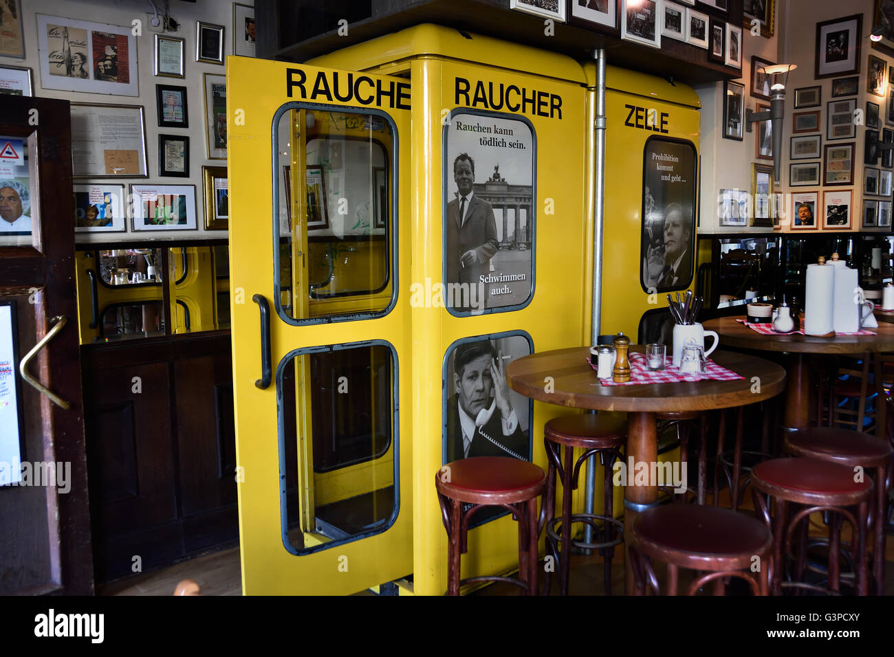 Raucher Zeller - smoking booth ( old telephone booth ) Berlin Germany - Stock Image