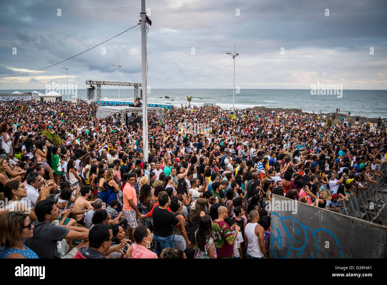 Crowd of people watching a concert, Festival da Primavera, Jardim de Alah, Salvador, Bahia, Brazil - Stock Image
