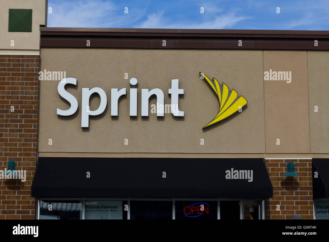 Indianapolis - Circa November 2015: Sprint Retail Wireless Store. Sprint is a provider of wireless plans, cell phones - Stock Image