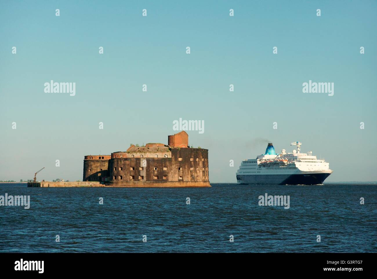 Russia. Fort Alexander commissioned 1845 at Kronstadt, Gulf of Finland. Cruise ship Saga Sapphire outbound from - Stock Image