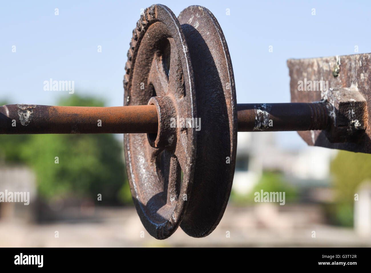 A old pulley at Adalaj Stepwell to pull water from the well in the outskirts of Ahmedabad, India - Stock Image