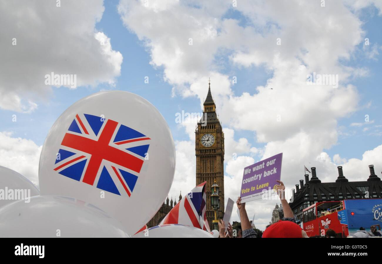 London, UK. 15th June, 2016. Brexit supporters gather on Westminster Bridge, London, UK for the arrival of UKIP Stock Photo