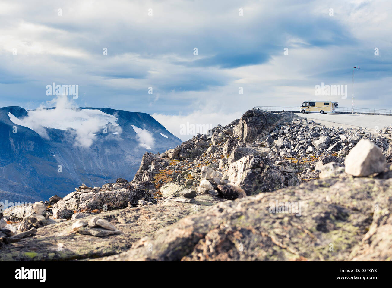 Norway, More og Romsdal, Sunnmore, Geirangerfjord, Observation point at edge of mountain valley with motor home - Stock Image