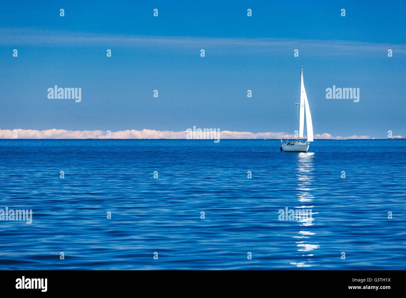 Sweden, Uppland, Stockholm Archipelago, Boat sailing in full sea - Stock Image