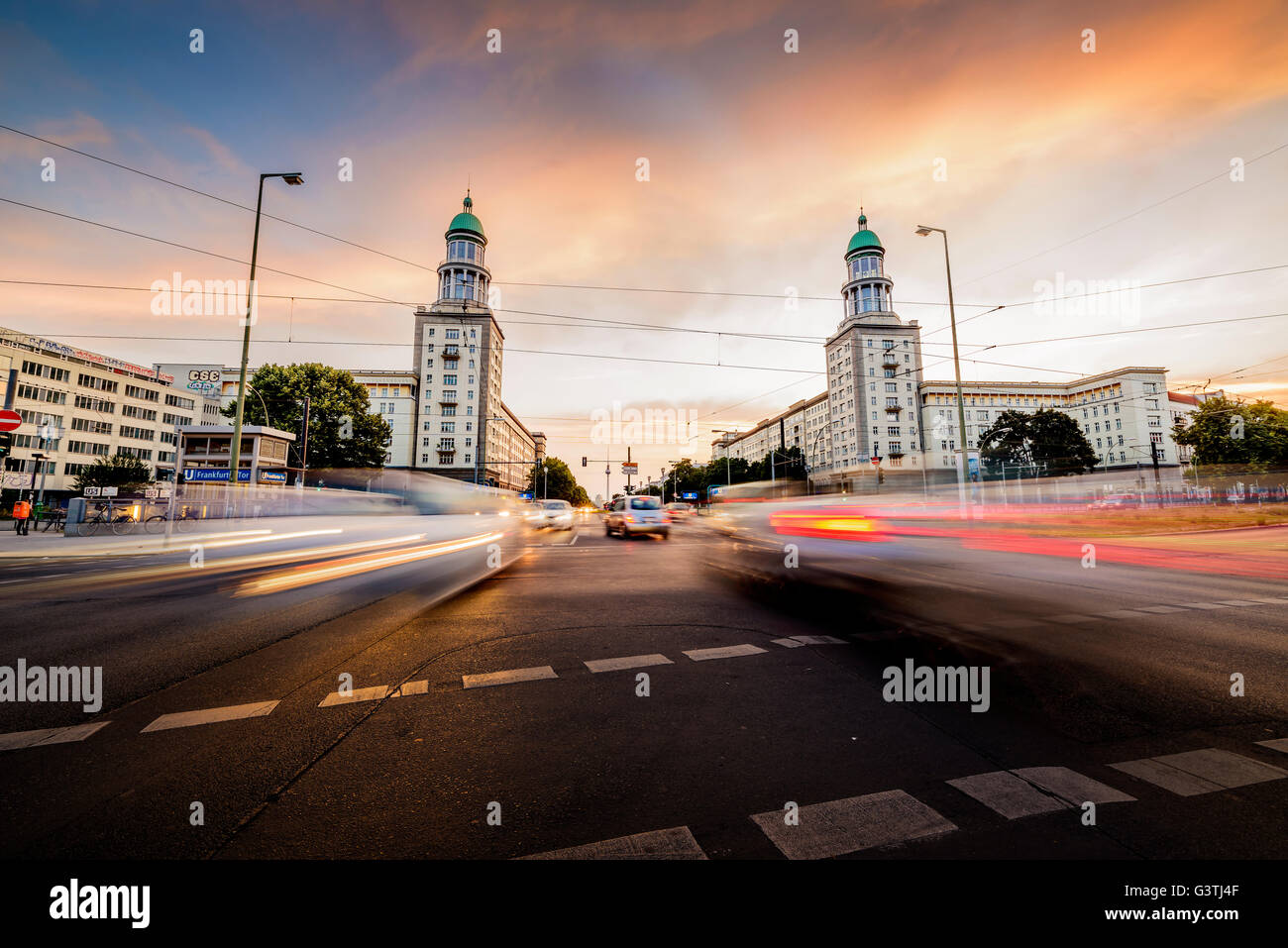 Germany, Berlin, Tyskland, Frankfurter Tor, Blurred traffic on urban road - Stock Image
