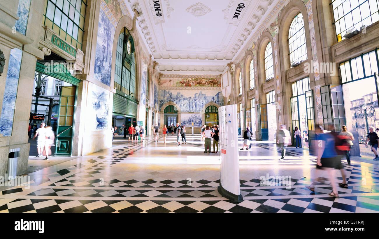 Portugal, Oporto: Historic tiles at the walls of the entrance hall of Sao Bento main station - Stock Image