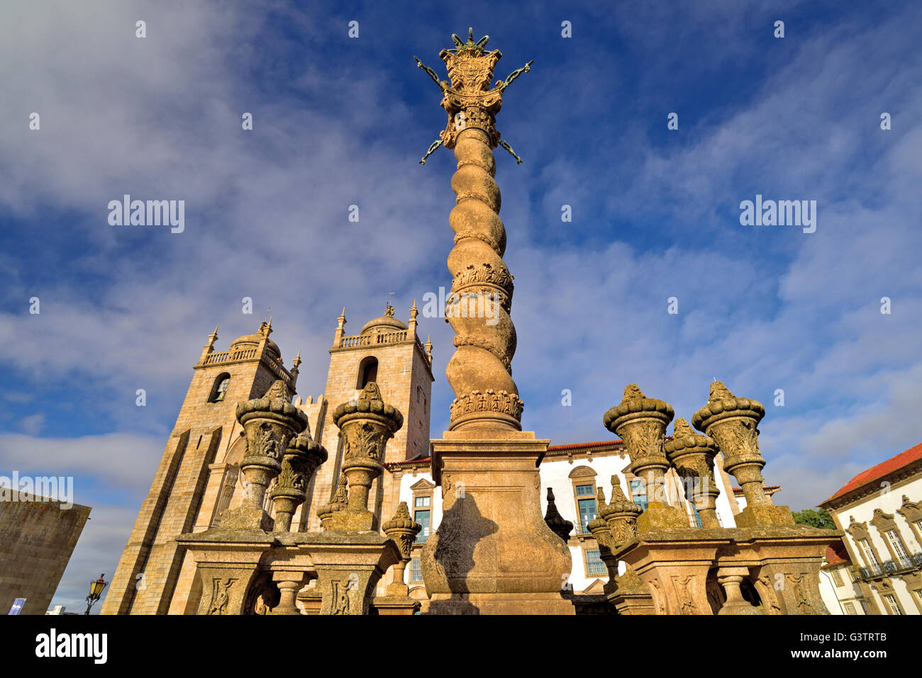 Portugal, Oporto: Romanesque pillory and towers of the Cathedral - Stock Image