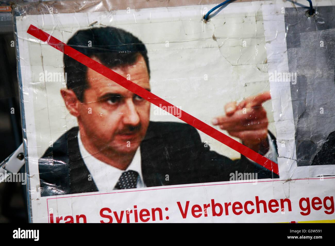 Foto mit Assad - Protestplakat gegen die iranische Regierung, Berlin-Mitte. - Stock Image