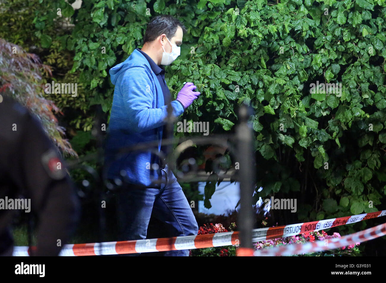 Hamburg-Schnelsen, Germany. 16th June, 2016. Detectives search for clues in front of a house, in which there is - Stock Image