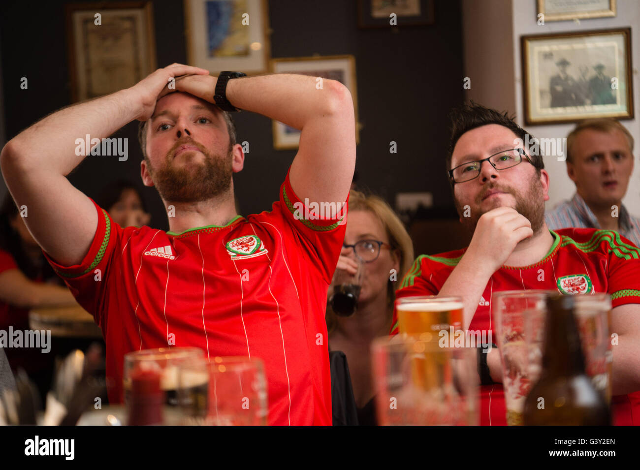 aberystwyth-wales-uk-16th-june-2016-euro-2016-disappointed-welsh-football-G3Y2EN.jpg