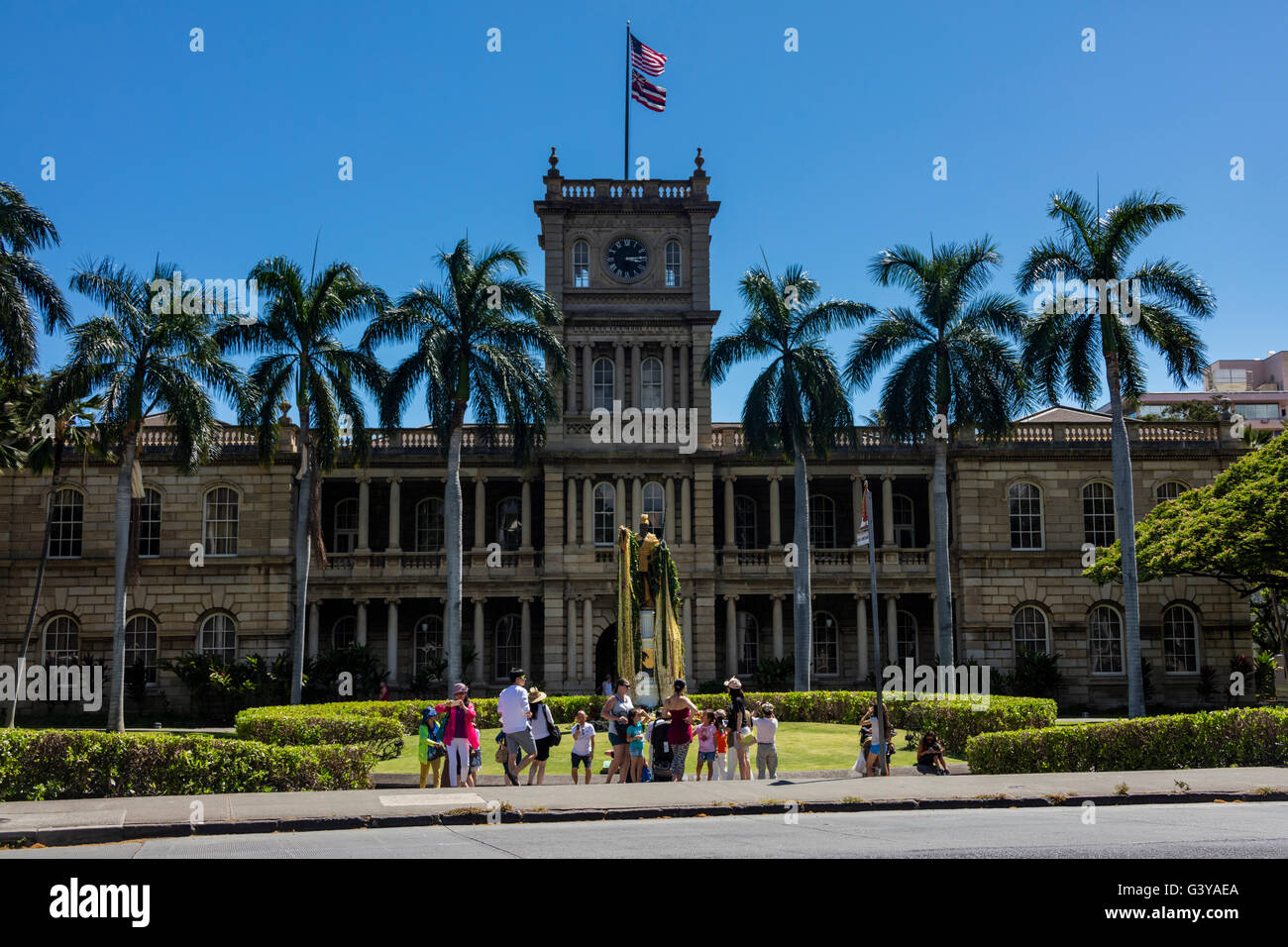 A view of tourists at the King Kamehameha Statue at the Aliʻiolani Hale. - Stock Image