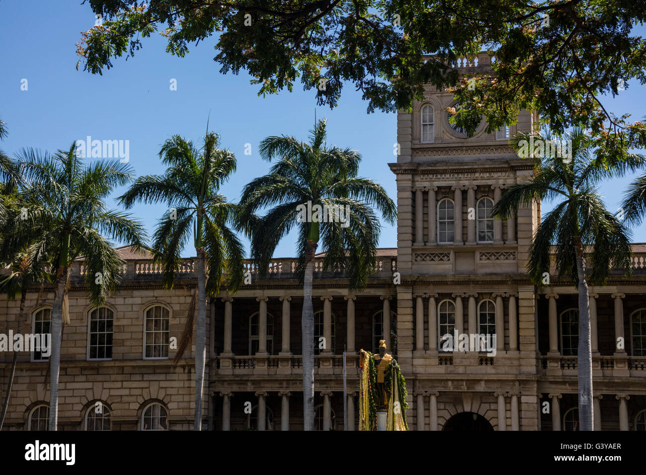A view of the King Kamehameha Statue at the Aliʻiolani Hale. - Stock Image