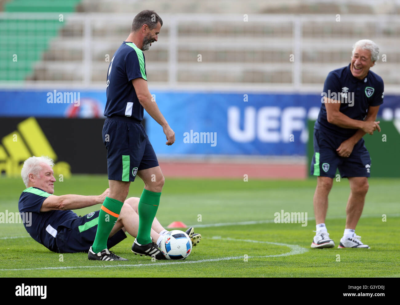 Republic of Ireland (from left to right) goalkeeping coach Seamus McDonagh, assistant manager Roy Keane and kitman - Stock Image