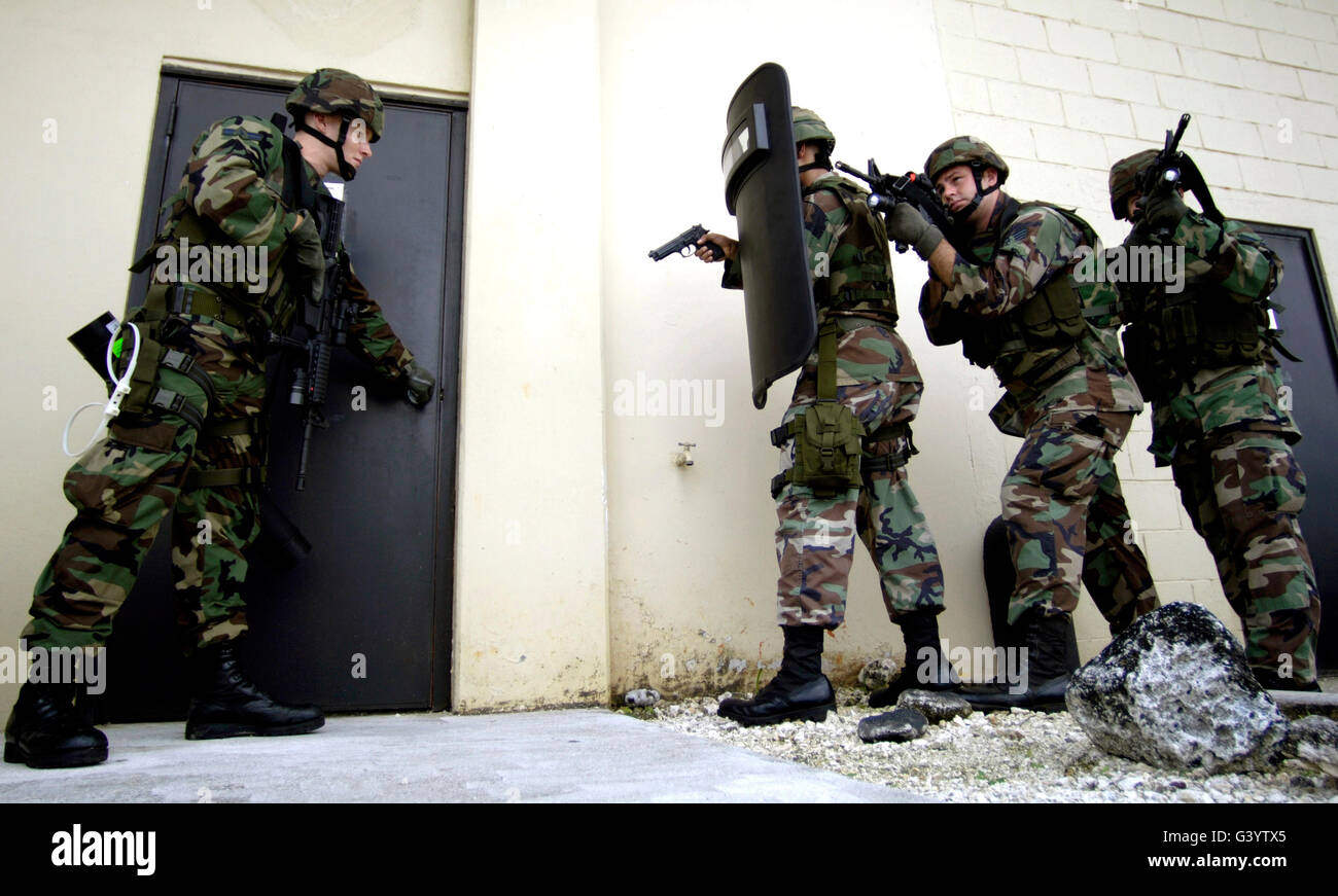 Airmen practice building entrance tactics. - Stock Image