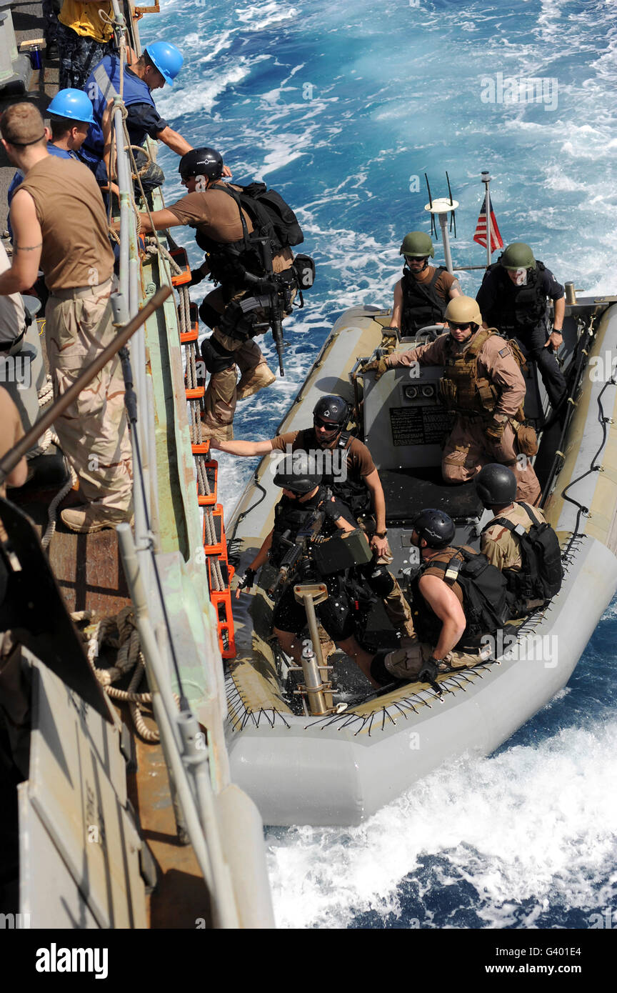 A task force team returns to ship after conducting counter-piracy operations in the Gulf of Aden. - Stock Image