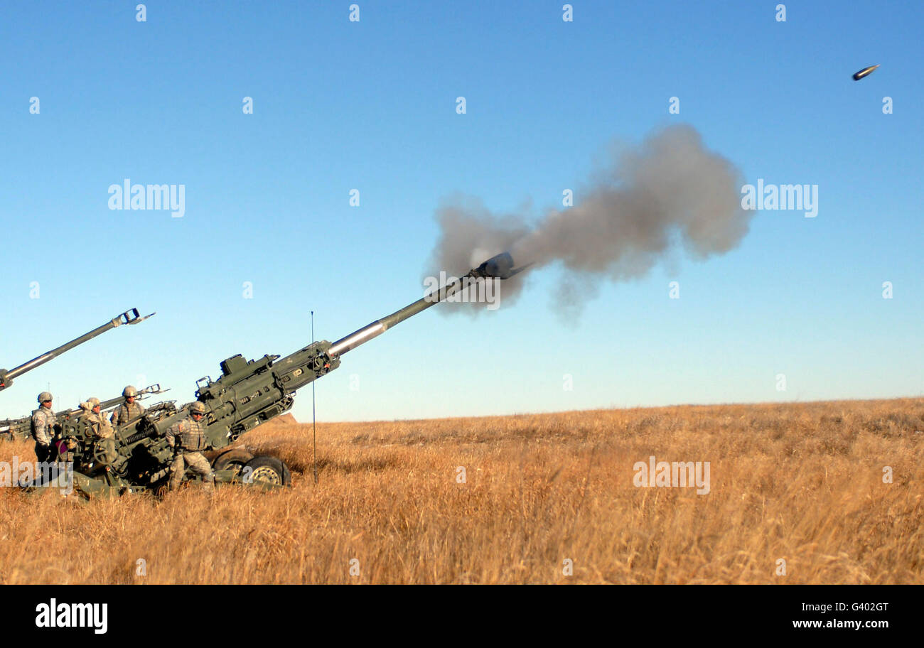Soldiers fire a 155mm M777 Lightweight Howitzer. - Stock Image