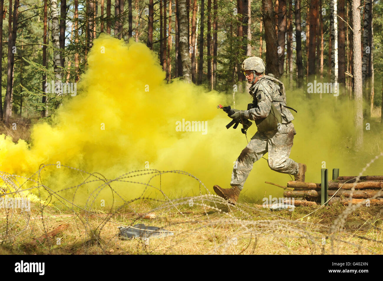 U.S. Army soldier moves through an obstacle in Grafenwoehr, Germany. - Stock Image