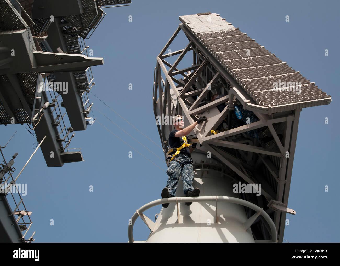 Fire Controlmen conduct maintenance on an SPS/AN-48E radar. - Stock Image