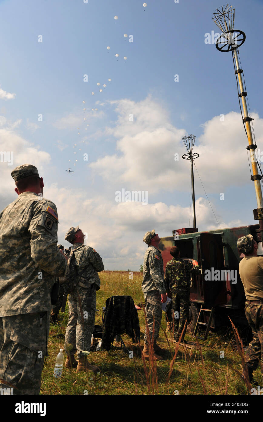 U.S. Army paratroopers train beside Ukrainian paratroopers. - Stock Image