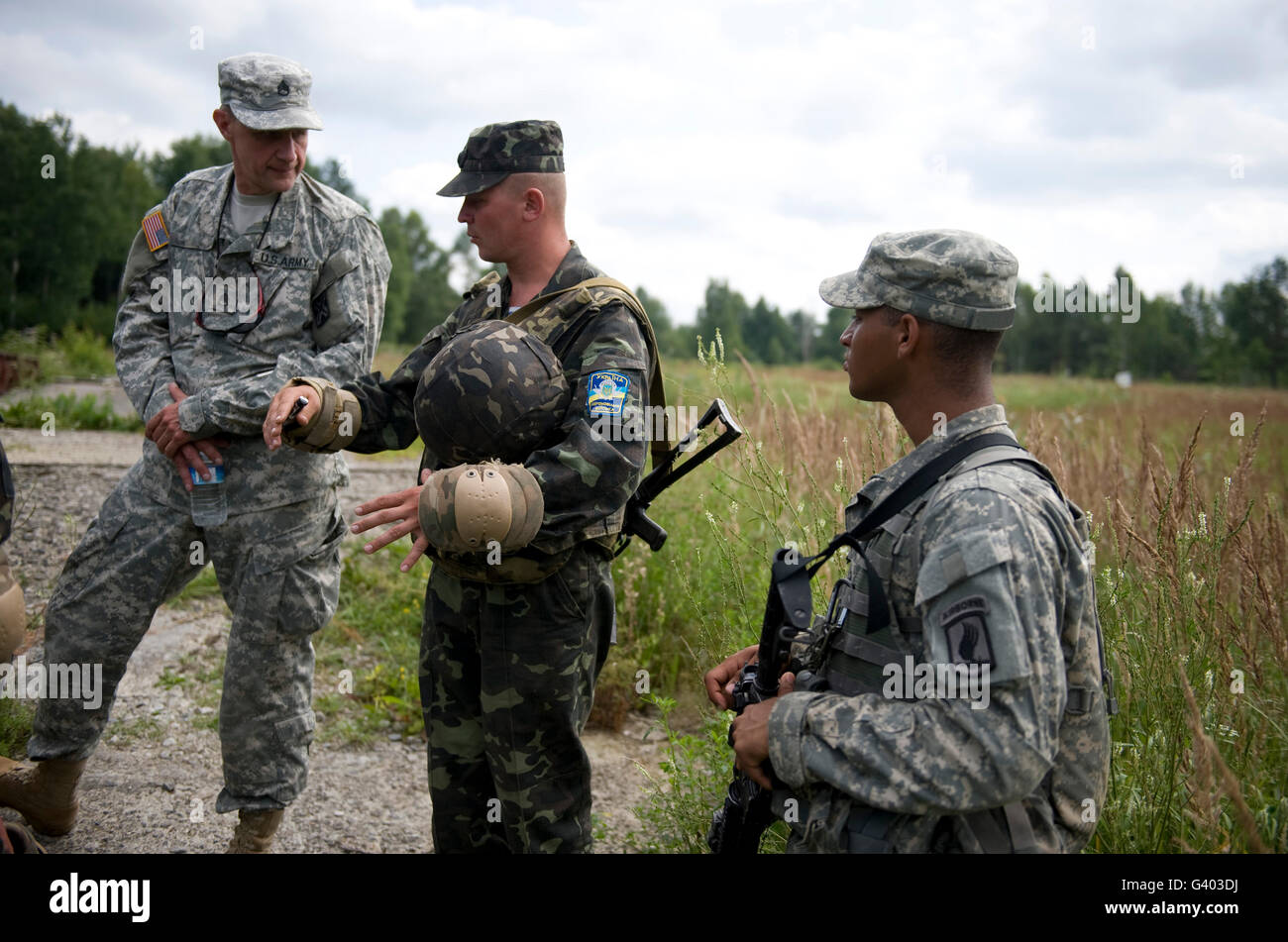 U.S. Army paratroopers train with Ukrainian Army paratroopers. - Stock Image