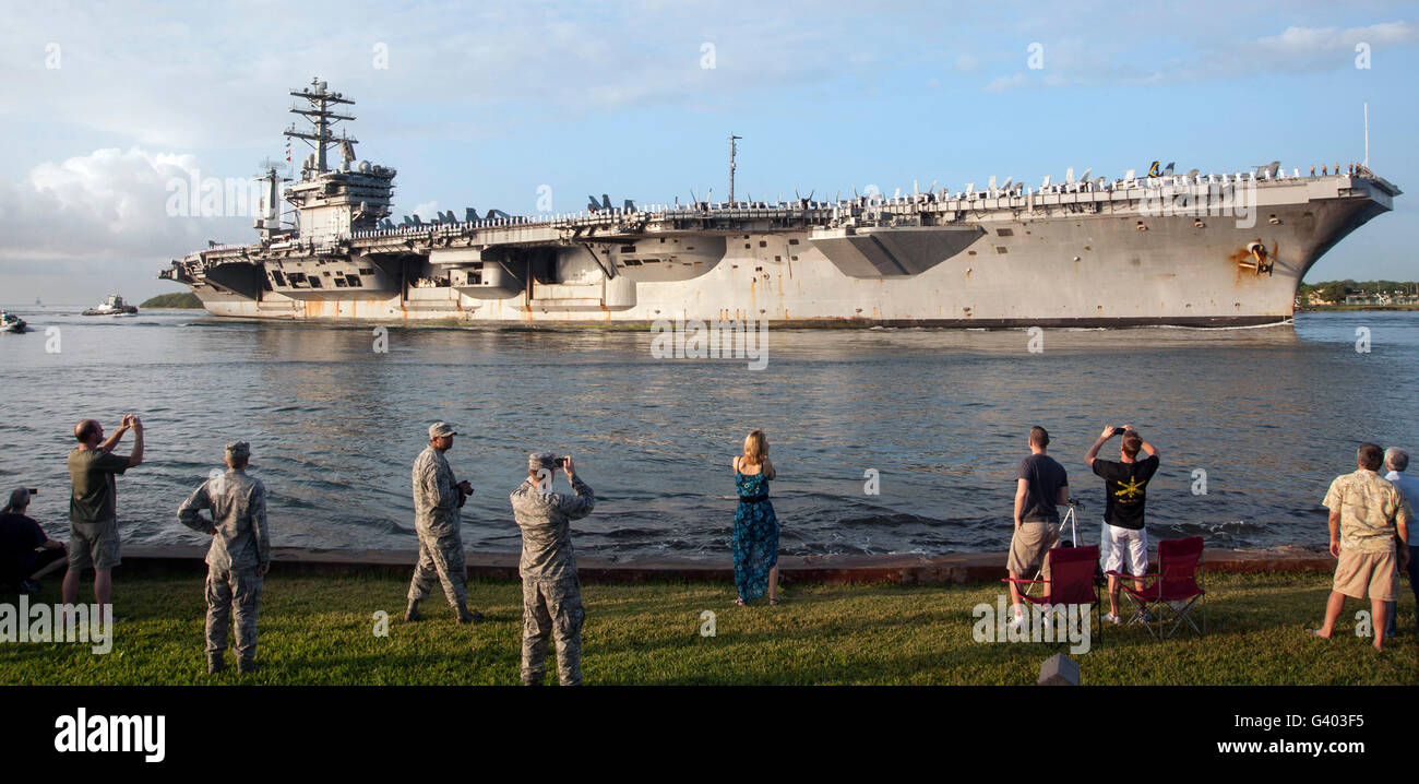 USS Nimitz arrives at Joint Base Pearl Harbor Hickam. - Stock Image