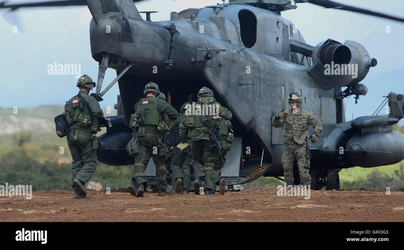 U.S. Marines and members of the Hellenic Army board a CH-53E Super Stallion. - Stock Image