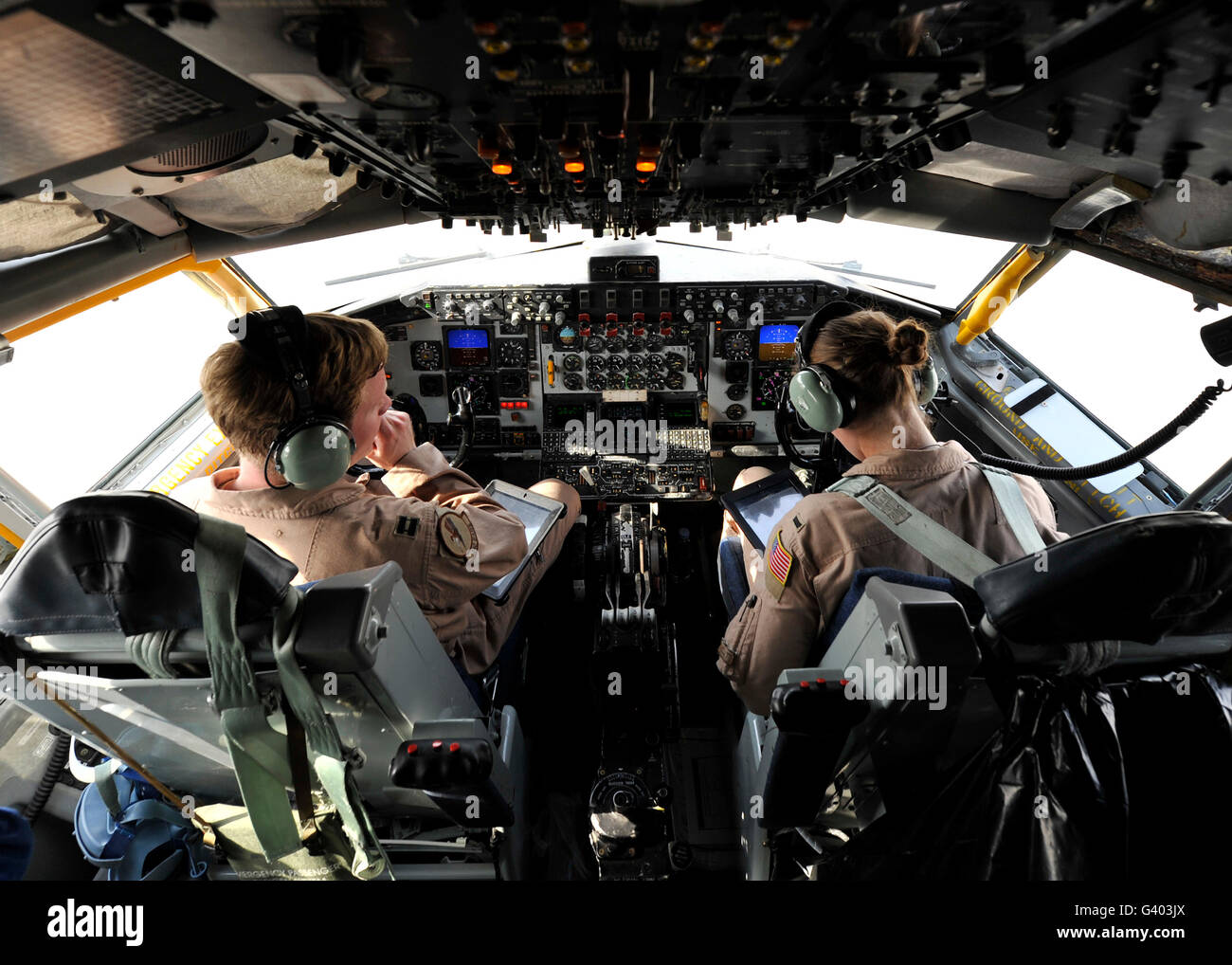 U.S. Air Force pilots discuss refueling approach plans. - Stock Image