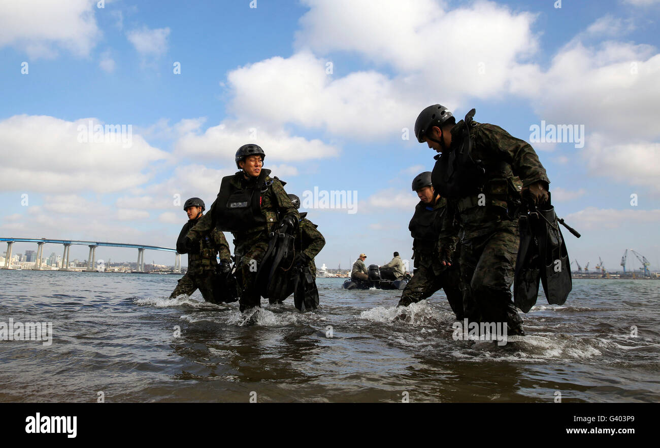 Soldiers with the Japan Ground Self-Defense Force make their way onto Seal Beach. - Stock Image