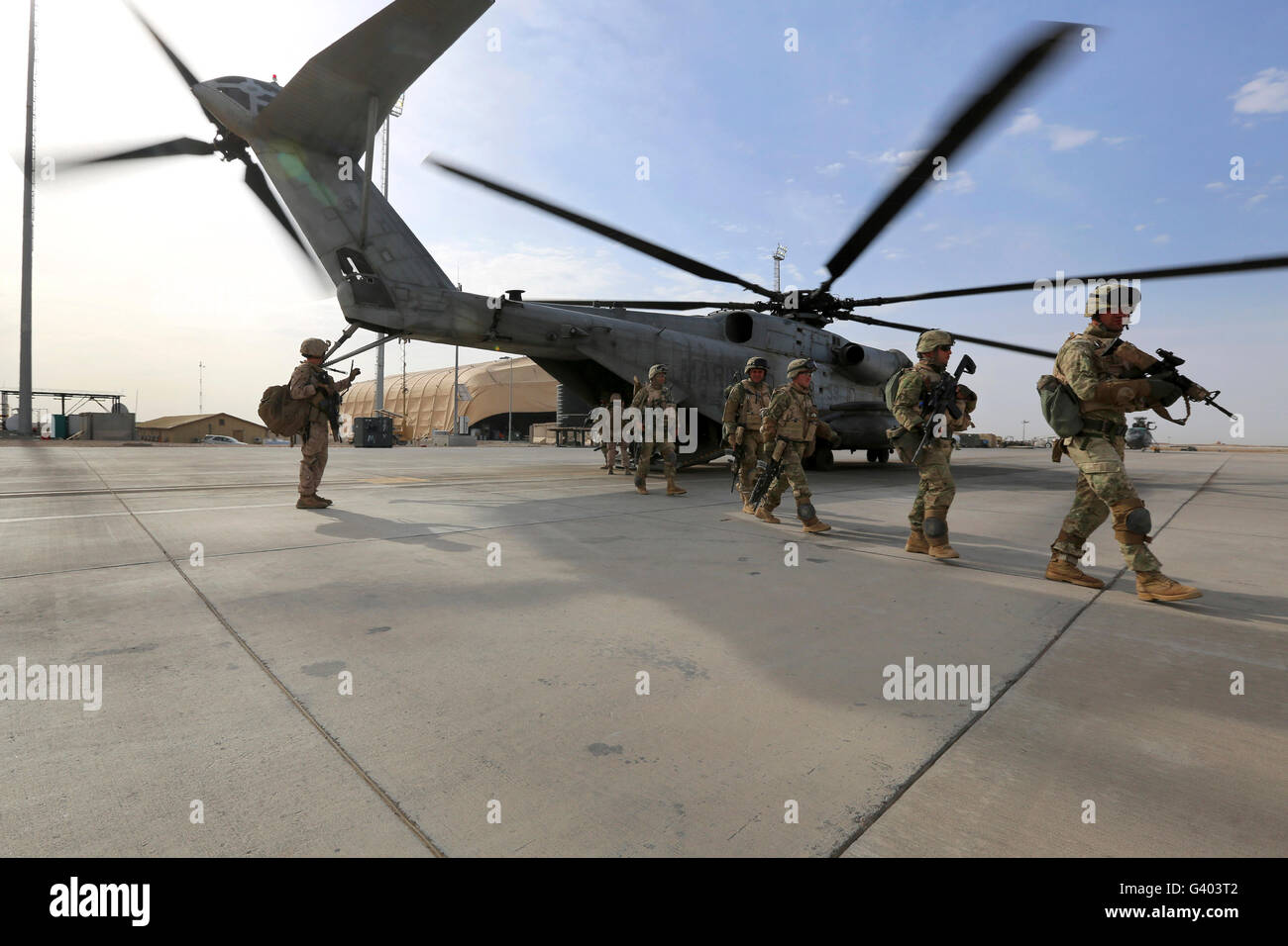 U.S. Marines and Georgian Army Soldiers exit a CH-53E Super Stallion. - Stock Image