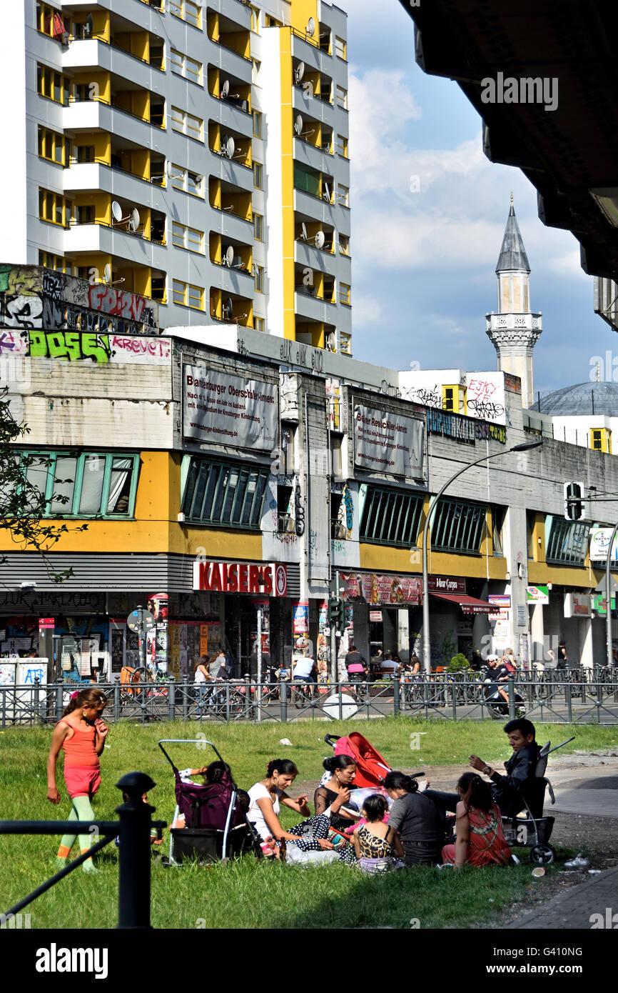 Muslim or Roma family picnic with children Zentrum ( Center ) Kreuzberg (  surrounding district Kottbusser Tor ) - Stock Image